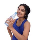 Athelte femelle de sourire avec la bouteille d'eau Image stock