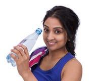 Athelte femminile sorridente con la bottiglia di acqua Fotografia Stock Libera da Diritti