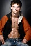 Atheltic junger Mann, der seine muskulöse ABS zeigt lizenzfreie stockfotos