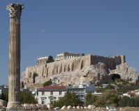 Athen Griechenland, Akropolis und Spalte des olympischen Zeustempels Lizenzfreie Stockbilder