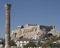Athen Griechenland, Akropolis und Spalte des olympischen Zeustempels Stockfotografie