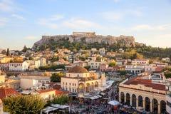 Athen, Griechenland Akropolisfelsen und Monastiraki-Quadrat lizenzfreie stockfotografie