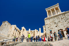 Athen, Griechenland - 17. April 2016: Leute am Parthenontempeleingang auf der Akropolise Lizenzfreie Stockfotos