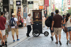 Athen, Griechenland - 6. August 2016: Ein laterna Klavier-Fassspieler an Ermou-Straße Stockfotos