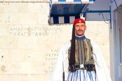 ATHEN, GRIECHENLAND - 15. August 2018: Evzoni-Schutz, Grieche sitzt vor stockbild
