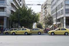 Athen, Griechenland - 6. August 2016: Gelbe Taxis auf Syntagmaquadrat Lizenzfreies Stockbild