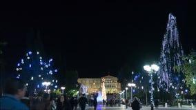 Athen, Griechenland am 2. Dezember 2015 Nachtzeitversehen von den Leuten, die an verziert für Weihnachtssyntagmen gehen, quadrier stock footage
