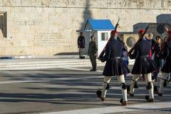 ATHEN, GRIECHENLAND - 19. JANUAR 2017: Evzones - Präsidentenzeremoniellschutz im Grabmal des unbekannten Soldaten Stockbild
