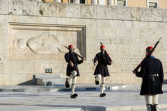 ATHEN, GRIECHENLAND - 19. JANUAR 2017: Evzones - Präsidentenzeremoniellschutz im Grabmal des unbekannten Soldaten, griechisches P Stockfoto