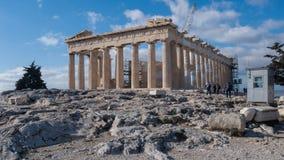 ATHEN, GRIECHENLAND - 20. JANUAR 2017: Leute vor dem Parthenon in der Akropolise von Athen, Attika Lizenzfreie Stockbilder