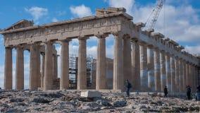 ATHEN, GRIECHENLAND - 20. JANUAR 2017: Leute vor dem Parthenon in der Akropolise von Athen, Attika Stockbild