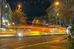 ATHEN, GRIECHENLAND - 20. JANUAR 2017: Nachtfoto der Straße in Athen, Griechenland Lizenzfreies Stockfoto
