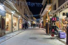 ATHEN, GRIECHENLAND - 19. JANUAR 2017: Nachtfoto der Straße in der alten Stadt von Plaka, Athen, Griechenland Stockfoto