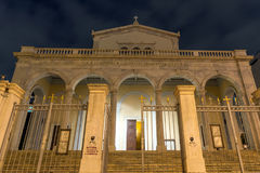 ATHEN, GRIECHENLAND - 20. JANUAR 2017: Nachtfoto von Agios Dionysios Areopagitis Catholic Cathedral in Athen, Griechenland Stockfotos