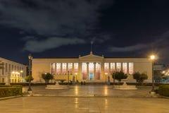 ATHEN, GRIECHENLAND - 19. JANUAR 2017: Nachtpanoramablick der Universität von Athen, Griechenland Stockfotos