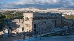 ATHEN, GRIECHENLAND - 20. JANUAR 2017: Propylaea - monumentaler Zugang in der Akropolise von Athen Stockbild