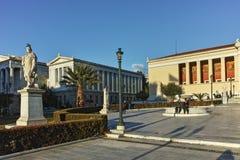 ATHEN, GRIECHENLAND - 19. JANUAR 2017: Sonnenuntergangansicht der Universität von Athen Lizenzfreie Stockfotos