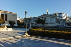 ATHEN, GRIECHENLAND - 19. JANUAR 2017: Sonnenuntergangansicht der Universität von Athen Lizenzfreie Stockbilder