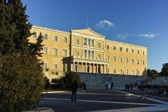ATHEN, GRIECHENLAND - 19. JANUAR 2017: Sonnenuntergangansicht des griechischen Parlaments in Athen Lizenzfreies Stockfoto