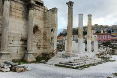 ATHEN, GRIECHENLAND - 20. JANUAR 2017: Sonnenuntergangansicht von Hadrian-` s Bibliothek in Athen, Attika Lizenzfreie Stockfotos