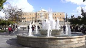 Athen, Griechenland - 15. November 2017: Lokale Leute und die Touristen, die an den Syntagmen gehen, quadrieren in Griechenland m stock footage