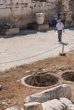 ATHEN, GRIECHENLAND - 16. SEPTEMBER 2018: Leute, Touristen, die Ruinen von alten Monumenten in Athen besuchen stockfotos