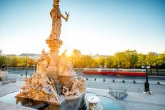 Athena staty nära Parlament byggnad i Wien arkivbilder