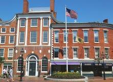 Athenaeum de Portsmouth en la plaza del mercado con el cañón tomado de los británicos situados en Portsmouth, New Hampshire Foto de archivo libre de regalías