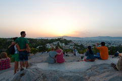 22 Athene-AUGUSTUS: De toeristen genieten van zonsondergang op Areopagus-heuvel op 22 Augustus, 2014 in Athene, Griekenland Royalty-vrije Stock Foto's