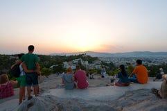 22 Athene-AUGUSTUS: De toeristen genieten van zonsondergang van Areopagus-heuvel op 22 Augustus, 2014 in Athene, Griekenland Stock Foto's