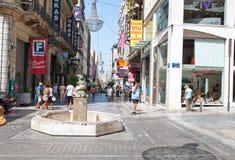 22 Athene-AUGUSTUS: Ermoustraat met menigte van mensen op 22 Augustus, 2014 in Athene, Griekenland Stock Fotografie