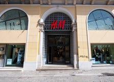 22 Athene-AUGUSTUS: H&M-opslagshowcase op Emrou-straat op 22,2014 Augustus Athene, Griekenland Stock Foto