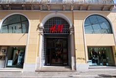 22 Athene-AUGUSTUS: H&M-opslagvoorgevel op Emrou-straat op 22,2014 Augustus Athene, Griekenland Stock Foto