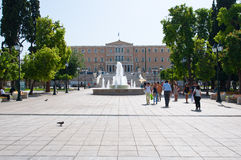 22 Athene-AUGUSTUS: Syntagmavierkant met fontein en het Parlement die op 22 Augustus, 2014 in Athene, Griekenland voortbouwen Stock Fotografie