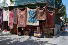 22 Athene-AUGUSTUS: Tapijten voor verkoop op Plaka-gebied op 22 Augustus, 2014 in Athene, Griekenland worden getoond dat Royalty-vrije Stock Afbeelding