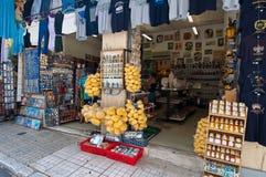 22 Athene-AUGUSTUS: Traditionele Griekse die goederen voor verkoop op Plaka-gebied op 22 Augustus, 2014 in Athene, Griekenland wo Stock Foto's