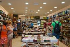 22 Athene-AUGUSTUS: Traditionele Griekse die winkel voor verkoop op Plaka-gebied op 22 Augustus, 2014 in Athene, Griekenland word Stock Afbeeldingen