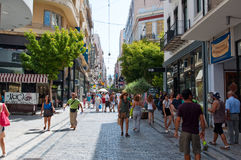 22 Athene-AUGUSTUS: Winkelend op Ermou-Straat in de ochtend op 22 Augustus, 2014 in Athene, Griekenland Stock Foto's