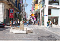 22 Athene-AUGUSTUS: Winkelend op Ermou-Straat met menigte van klanten op 22 Augustus, 2014 in Athene, Griekenland Stock Foto's