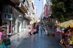 22 Athene-AUGUSTUS: Winkelend op Ermou-Straat met menigte van mensen op 22 Augustus, 2014 in Athene, Griekenland Royalty-vrije Stock Foto