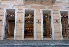 22 Athene-AUGUSTUS: Zaraopslag die op Emrou-straat op 22,2014 Augustus Athene, Griekenland voortbouwen Stock Fotografie