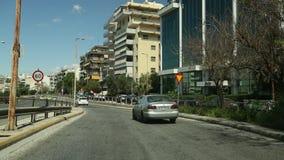 ATHENE, GRIEKENLAND dat - op een weg in Athene, mening door voorwindscherm drijft stock footage