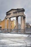 Athene, Griekenland - de Roman ingang van het Forum in sneeuw Stock Afbeelding