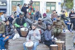 Athene, Griekenland/Dec 16 2018 Jonge Afrikanen, Europeanen-kerels die trommels in de stad spelen Straatmusici, met geklede dread royalty-vrije stock foto's