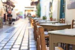 Athene, Griekenland Griekse herberglijsten en stoelen op een rij Royalty-vrije Stock Afbeeldingen
