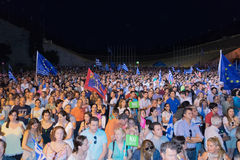 Athene, Griekenland, 3 Juli 2015 De burgemeester van Athene, Griekse beroemdheden en plaatselijke bevolking demonstrarte over het Stock Foto
