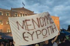 Athene, Griekenland, 30 Juni 2015 Griekse die mensen tegen de overheid over het aanstaande referendum worden aangetoond Stock Afbeelding
