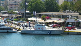 ATHENE - GRIEKENLAND, JUNI 2015: kustwachtschip in haven stock footage