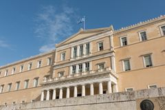 Athene, Griekenland - November 15, 2017: golvende vlag op het Griekse Parlementsgebouw Royalty-vrije Stock Afbeelding