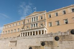 Athene, Griekenland - November 15, 2017: golvende vlag op het Griekse Parlementsgebouw Stock Fotografie
